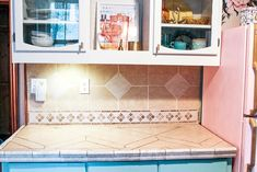how to paint kitchen counter tops to look like marble. This is a DIY that is perfect for tile or laminate countertops. Painting Kitchen Counters, Tile Counters, Laminate Countertops, Stone Countertops, Kitchen Paint, Kitchen Countertops, Light Gray Paint, Grey Paint, Diy Cans