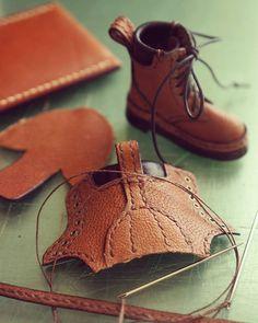 #blythe #outfits#handmade#ブライス#アウトフィット 革の切れ端が靴になっていく作業は、とても楽しい!