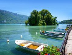 Een idyllisch berglandschap, frisse berglucht, helder blauw water  en tal van prachtige steden en dorpen om te verkennen: het meer van Annecy in Frankrijk heeft alles om toeristen te bekoren.