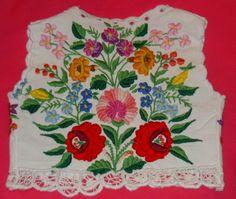 Popular Folk Embroidery FolkCostume: Costume of Kalocsa, Bács-Kiskun county, Hungary Hungarian Embroidery, Folk Embroidery, Learn Embroidery, Hand Embroidery Designs, Embroidery Patterns, Indian Embroidery, Chain Stitch Embroidery, Embroidery Stitches, Machine Embroidery
