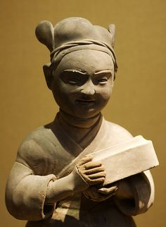 Male pottery figure with a box on hands The Han Dynasty, Oriental Decor, Chinese Ceramics, Ancient China, Bone Carving, Prehistory, Clay Ideas, Chinese Art, Ceramic Pottery