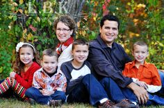 Family photo of 6, love their coordinating outfits! Family photo poses.