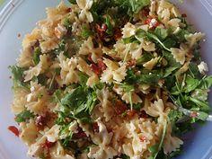 Mediterraner Nudelsalat mit getrockneten Tomaten und Pinienkernen