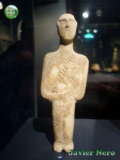 Pertenece a la clase de figuras representativas de tipo poscanónico. El relieve del tahalí, cruzando el pecho desde el hombro izquierdo, sugiere que podría tratarse de un cazador o un guerrero. Se incide una pequeña daga triangular como si colgara de la banda. Museo del Arte Cicládico, Atenas.