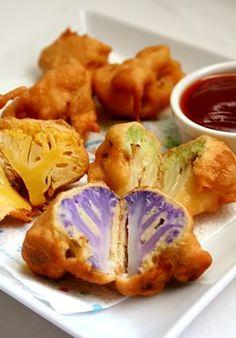 Pakoras (verduras fritas en un rebozado hecho con harina de garbanzos - Plato de la India)