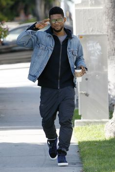 Usher in Levi's denim jacket # men's fashion jacket # medium wash # Swag Style, Style Hip Hop, Style Grunge, Style Casual, Denim Jacket Men, Men's Denim, Denim Style, Men Shorts, Usher Raymond