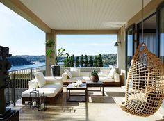 Appartement de standing avec spacieuse terrasse au design moderne donnant sur la mer