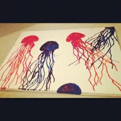 maybe paint the canvas blue and make and under the sea crayon art love this jellyfish idea for crayon melt art Crayola Art, Crayon Crafts, Art Lessons Elementary, Melting Crayons, Art Club, Kawaii, Summer Art, Art Plastique, Teaching Art