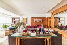 A proposta do escritório Urbano Studio era transformar o apartamento recém-construído de aproximadamente 230 m² no lar da Cynthia e do filho Tomas. A Cynthia é uma jovem empresária do ramo da Nutrição Corporativa e StartUps e adora receber em casa, seja socialmente de forma