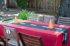 Idea para decorar mesa en cumpleaños de Cars - http://xn--manualidadesparacumpleaos-voc.com/idea-para-decorar-mesa-en-cumpleanos-de-cars/
