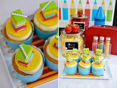 cupcakes decorados com cadernos e livros coloridos para festa volta as aulas/ escolinha.