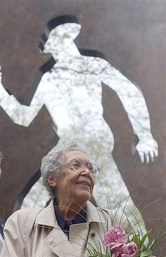Harlem Renaissance Artist Elizabeth Catlett - In a career that spanned more than 70 years, activist and artist Elizabeth Catlett's work exemplified the use of art as a tool for social change. Catlett died in Mexico, April 2012 at the age of Catlett, American Art, African American Artist, African, Artist At Work, Harlem Renaissance Artists, Powerful Images, Artist, American Artists