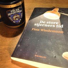 Anmeldelse: De store stjerners tid af Finn Weidemann er en levende roman om en række unge menneskers liv i 1975 og en årrække frem. Bogen svinger mellem det undersøgende og mørke i relation til opklaringen af et mord og ungdommens frisind, spontanitet og lyst til livet. Klik på forsidefotoet/linket og læs vores anmeldelse af bogen. Liv, Police, Bottle, Flask, Law Enforcement, Jars