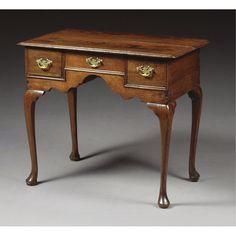 Una mesa auxiliar de roble estilo  Reina Ana, a principios  del siglo XVIII, la parte superior moldeada con tres cajones.  Inglaterra.  #Esmadeco.