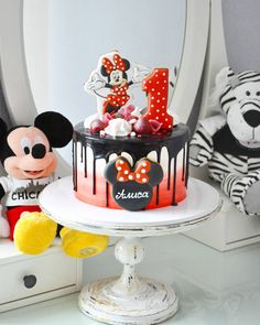 Find the best ideas to have a cute red Minnie Mouse Party using only modern details to make a lot of style on this girl's birthday. Bolo Minnie, Minnie Cake, Mickey Cakes, Mickey Mouse Cake, Minnie Mouse Birthday Theme, Red Minnie Mouse, Birthday Drip Cake, Birthday Cake Girls, Disney Cakes Easy