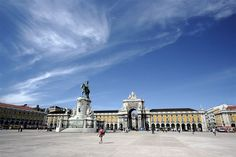 One of the most iconic squares in Lisbon, Praça do Comércio (previously known as Terreiro do Paço) is known for the important buildings that surround it and also for the statue of King José I which is located there.