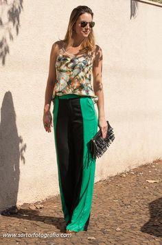 calça bicolor e blusa estampada colcci brincos e anel Preludio Andrea Furco