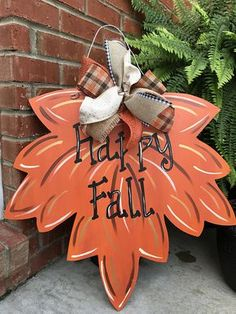 32 Inspiring DIY Fall Home Decoration Ideas - It's that time of year again! Add some warmth and spice to your home by capturing the feel of the season with these five fun DIY fall decorations for . Fall Halloween, Halloween Crafts, Holiday Crafts, Halloween Decorations, Fall Decorations, Diy Fall Wreath, Fall Wreaths, Imprimibles Halloween, Fall Wood Crafts