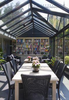 Woonveranda met reuze bibliotheekkast en gezellige eethoek, veranda in aluminium   De Mooiste Veranda's