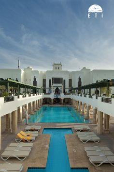 """Urlaub in Ägypten - Urlaub in Sharm El Sheikh - Urlaub am Roten Meer  Sharm Plaza - RED SEA HOTEL Party, Spaß & Entspannung zugleich! Vorgelagertes Korallenriff """"Far-Garden"""", direkt am hoteleigenen Strand. Elegante Empfangshalle im orientalischen Stil mit Rezeption,  Hauptrestaurant """"La Veranda"""",  6 À-la-carte-Restaurants, Bars, Diskothek, kleine Shoppingarkade und eine Shisha-Ecke sowie 5 Swimmingpools.  #hoteltipp #urlaub #strand #egypt #palmen #meer #redsea #reisen #ägypten #rotesmeer"""