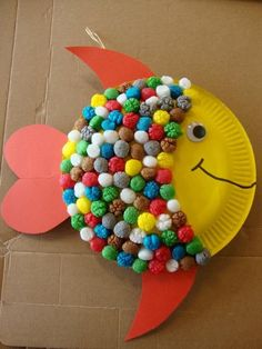 Playmaïs Collage: fish with cardboard plate - . - Kita - Playmaïs Collage: fish with cardboard plate - . Paper Plate Crafts For Kids, Summer Crafts For Kids, Spring Crafts, Projects For Kids, Diy For Kids, Paper Crafting, Spring Art, Diy Paper, Art Projects