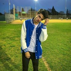 (Open with Austin) he was on the field by himself and walking around just hanging out and then he saw you and waved with is hand walking over Youtube Boyfriend, Jennifer Winget Beyhadh, Harry Styles Edits, Carter Reynolds, Brent Rivera, Lol, Celebrity Dads, Celebs, Celebrities