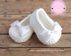 White Crochet Baby Booties, Christening Shoes, Baptism Shoes, Pink Bow Crochet Booties, Baby Girl Booties, Baby Shower Gift, Baby Shoes  This Adorable Booties were Hand crocheted with Love using White soft 100% Cotton Yarn. You Love this booties but you prefer a different color? No problem! Convo me and Ill make a customized pair for you! :)  This Slippers are Also available in Mary Jane Style! ( Mary Janes have a little strap and a Pearl button).  Sizes: ( Please include the Size in the…