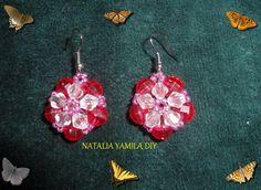 Aros pendientes en flor roja de cuentas facetadas Beaded red earrings
