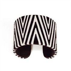 Manchette en fil de coton.  L'accessoire de mode idéal tendance graphique dans sa version noir et blanc  #modeethique #handmade