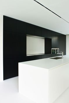 KACHET ARCHITECTS |Keuken |Kitchen |Corian |Zwart |Wit |Gietvloer |Belgianarchitecture |Architecture