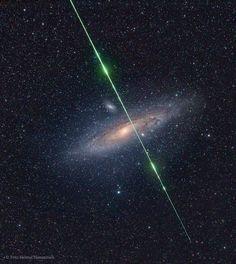 ¿Qué es esta raya verde que hay en frente de la galaxia de Andrómeda? Un meteoro. El viernes pasado, mientras se fotografiaba la galaxia de Andrómeda cerca del máximo de la lluvia de las Perseidas, una piedra del tamaño de un grano de arena procedente del espacio profundo cruzó justo por delante de la compañera distante de la Vía Láctea.