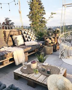 Holidays on Balkonien - destination outdoor oasis! Home sweet home. - Holidays on Balkonien – destination outdoor oasis! Home sweet home. Rooftop Terrace Design, Balcony Design, Sofa Design, Style At Home, Comfortable Pillows, Pallet Sofa, Outdoor Furniture Sets, Outdoor Decor, Outdoor Pallet