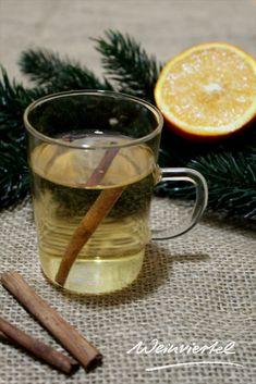 Ein klassischer Glühwein gehört im Weinviertel einfach zur Weihnachtszeit dazu. Wie du dir dieses leckere Heißgetränk ganz einfach selber machen kannst und welche Zutaten du dafür benötigst, verrraten wir dir in unserem Rezept. Tipp: Glühwein eignet sich übrigens auch perfekt zum Anstoßen an den Weihnachtsfeiertagen! © Weinviertel Tourismus Moscow Mule Mugs, Tableware, Winter Drinks, Christmas Holidays, Asparagus, Tourism, Berries, Christmas Time, Dinnerware