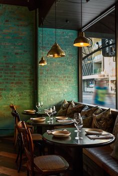 Take your indecisions and see better ideas of decorating your restaurant ! Interior design trends to decor your restaurant! Pub Interior, Restaurant Interior Design, Modern Interior Design, Restaurant Furniture, Small Restaurant Design, Bathroom Interior, Brick Interior, Design Hotel, Cafe Interior Vintage