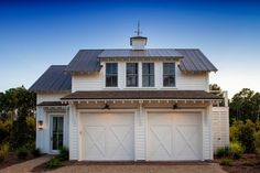 garage plans Lisa Furey Interiors designed this modern farmhouse cottage, a mini-compound built over time in Palmetto Bluff, Bluffton, South Carolina. Modern Garage Doors, Garage Door Design, Barn Garage, Diy Garage, Garage Workshop, Detached Garage Designs, Garage Loft, Small Garage, Double Garage