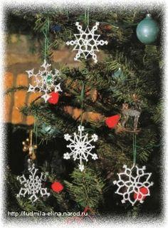 Snowflakes and bells Crochet Snowflake Pattern, Crochet Stars, Crochet Snowflakes, Christmas Snowflakes, Christmas Wreaths, Christmas Bulbs, Crochet Patterns, Xmas, Crochet Christmas Decorations