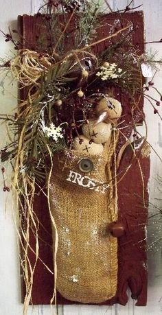 Barnwood with snowman :-) Primitive Christmas Decorating, Prim Christmas, Country Christmas, Winter Christmas, Vintage Christmas, Father Christmas, Primitive Snowmen, Primitive Crafts, Wooden Snowmen
