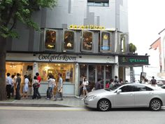 Samcheongdong-gil connects from Gyeongbokgung Palace to   Samcheong Tunnel.  This street is lined with galleries, café and restaurants.   That's why this street is known for one of good places for dating in Seoul.