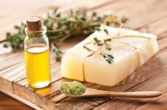 11 Household Uses for Tea Tree Oil - Healthy Home - Mother Earth Living - Great ideas from Mother Earth Living! Holistic Remedies, Herbal Remedies, Home Remedies, Natural Remedies, Natural Facial, Natural Skin, Natural Health, Huile Tea Tree, Tea Tree Oil