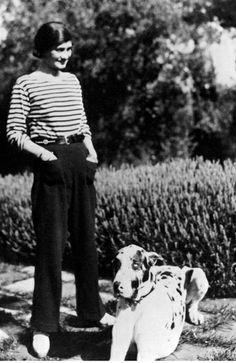 1920  Gabrielle Chanel se inspiró en el atuendo de los marineros y en la ropa del campo y, de un plumazo, hizo chic que los ricos vistieran como pobres. Eso sí, muy cómodos (Prada hizo exactamente lo mismo 70 años más tarde).