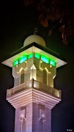Torre de la Mezquita de la M.30  iluminada en Madrid