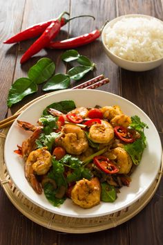 This Thai Tom Yum Shrimp Stir-Fry is a unique twist on the famous Thai Tom Yum Soup. The classic sour, sweet and spicy flavors of Thai Tom Yum are unmistakable in this quick and easy stir-fried dish. Stir Fry Fish, Prawn Stir Fry, Asian Recipes, New Recipes, Cooking Recipes, Ethnic Recipes, Oriental Recipes, Asian Foods, Tom Yum Noodles