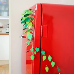 Ngispen leaves fridge magnet on fridge