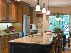 Uma boa iluminação ajuda a evidenciar a decoração da cozinha. De acordo com o designer de iluminação Randall Whitehead, autor do livro Residential Lighting, a iluminação decorativa deve ser proporcional ao tamanho da cozinha – quanto maior o espaço, maiores os lustres e pendentes, que devem ser colocados, preferencialmente, sobre a mesa ou bancada.