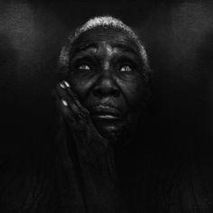 Voici un extrait du travail de portraits de sans-abri du photographe Anglais Lee Jeffries vivant à Manchester.