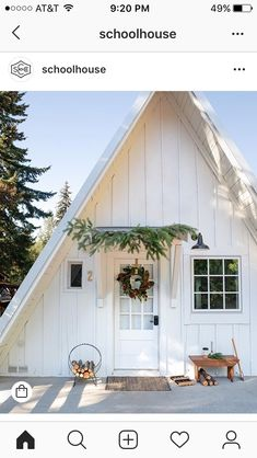 Attractive Modern Farmhouse Home Exterior Design Ideas - Page 28 of 51 - Farida Decor Cabins And Cottages, Cabins In The Woods, My Dream Home, Porches, Exterior Design, Future House, Modern Farmhouse, Vintage Farmhouse, Farmhouse Style