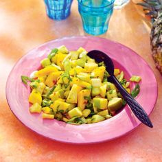 Zoetzure salade van komkommer, ananas, appel en mango