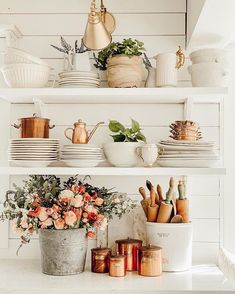 Home Decor Inspiration Indoor Kitchen Shelf styling. Style Plates on Shelves Sweet Home, Regal Design, Modern Design, Kitchen Shelves, Kitchen Shelf Decor, Kitchen Cabinetry, Kitchen Staging, Rustic Cabinets, Kitchen Cupboard