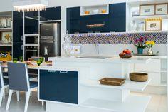 Cozinha branca e azul marinho.