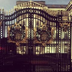Buckingham! #gatestobuckinghampalace #royale #royal #elaborate #gates #monarch #uk #unitedkingdom #thequeendom #lifelovers #travelwithamaven  by amavensworld